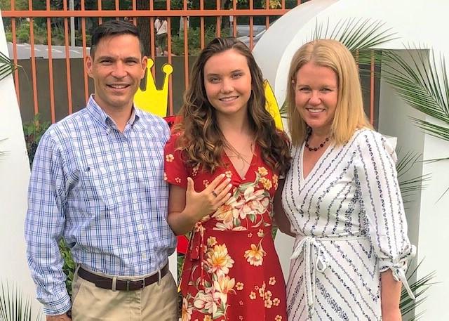 Junior+Elizabeth+Harita+with+her+parents+including+her+alumna+mom%2C+Jennifer.