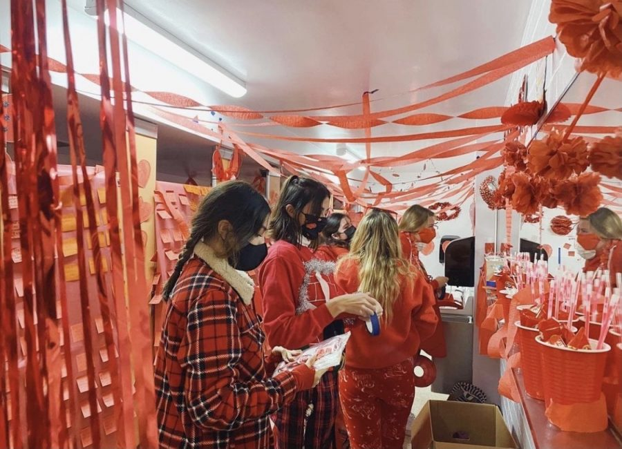 The Red Team Ladybugs getting to work on decorating their bathroom on Kickoff morning.