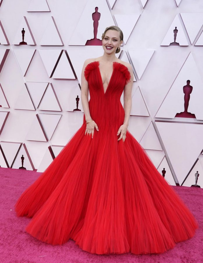 Amanda Seyfried's stunning red dress. Photo from accessonline.com
